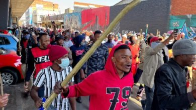 الاحتجاجات العنيفة تمثل ضربة قوية لاقتصاد جنوب إفريقيا