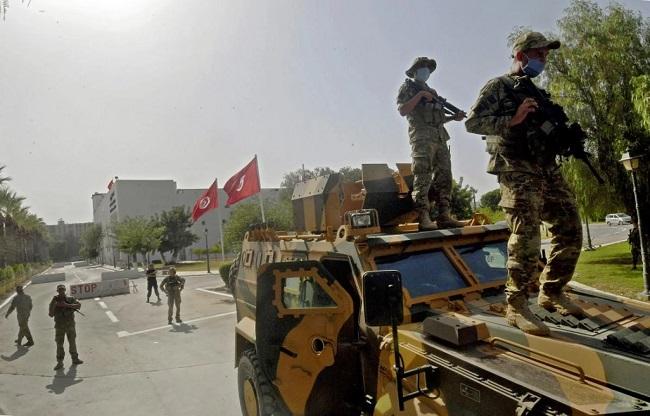 انتقادات تواجه تونس بسبب حظر السفر لمسؤولين ورجال أعمال